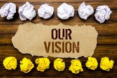 Εννοιολογική λέξη κειμένων χεριών το όραμά μας Επιχειρησιακή έννοια για το όραμα εμπορικής στρατηγικής που γράφεται στην κολλώδη  Στοκ Φωτογραφία