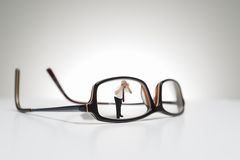Εννοιολογική φωτογραφία της ζωής - γυαλιά μεγέθους Στοκ Εικόνες