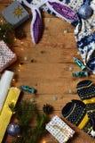 Εννοιολογική χειμερινή εικόνα Άνετο πλαίσιο Χριστουγέννων με τα δώρα, διακοσμήσεις Χριστουγέννων, γάντια, καραμέλα στο ξύλινο υπό Στοκ εικόνες με δικαίωμα ελεύθερης χρήσης