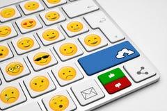 Εννοιολογικό άσπρο πληκτρολόγιο με πολλά emoticons ελεύθερη απεικόνιση δικαιώματος