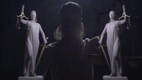 Εννοιολογικό μήκος σε πόδηα του αγάλματος Themis με το blindfold στο πρόσωπο, το ξίφος και τις κλίμακές της απόθεμα βίντεο
