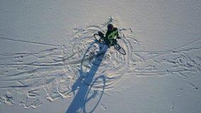 Εννοιολογικό μήκος σε πόδηα του bicyclist που οδηγά ένα ποδήλατο φιλμ μικρού μήκους