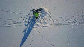 Εννοιολογικό μήκος σε πόδηα του bicyclist που οδηγά ένα ποδήλατο απόθεμα βίντεο