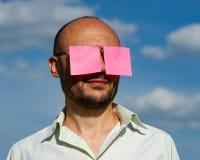 Εννοιολογικό πορτρέτο ενός επιχειρηματία στα σύγχρονα γυαλιά ηλίου που κολλιούνται Στοκ Φωτογραφία