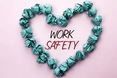 Εννοιολογικό χέρι που γράφει παρουσιάζοντας ασφάλεια εργασίας Safeness διαβεβαίωσης προστασίας κανονισμών ασφάλειας προσοχής κειμ στοκ φωτογραφία