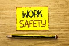 Εννοιολογικό χέρι που γράφει παρουσιάζοντας ασφάλεια εργασίας Safeness διαβεβαίωσης προστασίας κανονισμών ασφάλειας προσοχής επίδ στοκ εικόνες