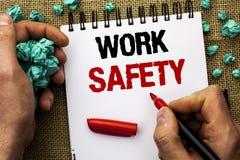 Εννοιολογικό χέρι που γράφει παρουσιάζοντας ασφάλεια εργασίας Safeness διαβεβαίωσης προστασίας κανονισμών ασφάλειας προσοχής κειμ στοκ εικόνα