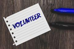Εννοιολογικό χέρι που γράφει παρουσιάζοντας εθελοντή Το κείμενο επιχειρησιακών φωτογραφιών που προσφέρεται εθελοντικά το άτομο γι στοκ φωτογραφίες