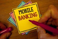 Εννοιολογικό χέρι που γράφει παρουσιάζοντας κινητές τραπεζικές εργασίες Επιχειρησιακών φωτογραφιών κειμένων σε απευθείας σύνδεση  Στοκ Φωτογραφία