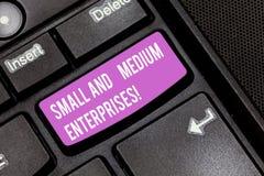 Εννοιολογικό χέρι που γράφει παρουσιάζοντας μικρομεσαίες επιχειρήσεις Επιχειρησιακή φωτογραφία που επιδεικνύει την αύξηση ΜΜΕ των στοκ εικόνα