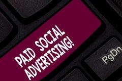 Εννοιολογικό χέρι που γράφει παρουσιάζοντας πληρωμένη κοινωνική διαφήμιση Η επιχειρησιακή φωτογραφία που επιδεικνύει τις εξωτερικ στοκ εικόνες με δικαίωμα ελεύθερης χρήσης