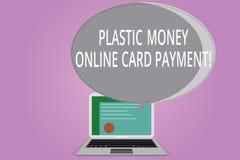 Εννοιολογικό χέρι που γράφει παρουσιάζοντας στα πλαστικά χρήματα σε απευθείας σύνδεση πληρωμή καρτών Πολυμέσα ιστοχώρου επίδειξης απεικόνιση αποθεμάτων