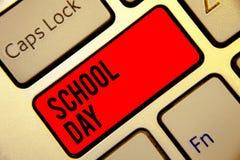 Εννοιολογικό χέρι που γράφει παρουσιάζοντας σχολική ημέρα Οι ενάρξεις κειμένων επιχειρησιακών φωτογραφιών από επτά ή οκτώ AM σε τ στοκ εικόνες