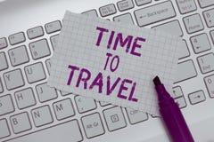 Εννοιολογικό χέρι που γράφει παρουσιάζοντας χρόνο να ταξιδεψει Κείμενο επιχειρησιακών φωτογραφιών που κινείται ή που πηγαίνει από στοκ εικόνες