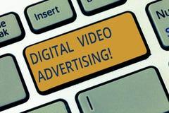 Εννοιολογικό χέρι που γράφει παρουσιάζοντας ψηφιακή τηλεοπτική διαφήμιση Η επίδειξη επιχειρησιακών φωτογραφιών δεσμεύει το ακροατ στοκ φωτογραφίες με δικαίωμα ελεύθερης χρήσης