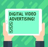 Εννοιολογικό χέρι που γράφει παρουσιάζοντας ψηφιακή τηλεοπτική διαφήμιση Το κείμενο επιχειρησιακών φωτογραφιών δεσμεύει το ακροατ στοκ εικόνα