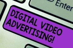 Εννοιολογικό χέρι που γράφει παρουσιάζοντας ψηφιακή τηλεοπτική διαφήμιση Το κείμενο επιχειρησιακών φωτογραφιών δεσμεύει το ακροατ στοκ φωτογραφίες με δικαίωμα ελεύθερης χρήσης