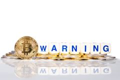 Εννοιολογικό cryptocurrency bitcoin με την προειδοποίηση λέξης στοκ φωτογραφία με δικαίωμα ελεύθερης χρήσης