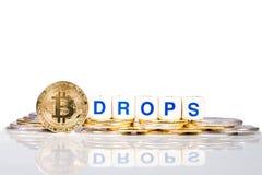 Εννοιολογικό cryptocurrency bitcoin με τις πτώσεις λέξης στοκ φωτογραφία με δικαίωμα ελεύθερης χρήσης