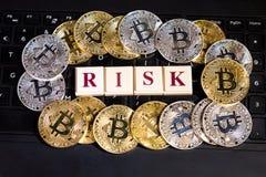 Εννοιολογικό cryptocurrency bitcoin στον κίνδυνο λέξης πληκτρολογίων υπολογιστών στοκ εικόνες με δικαίωμα ελεύθερης χρήσης