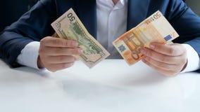 Εννοιολογικό 4k μήκος σε πόδηα του νέου επιχειρηματία που επιλέγει την επένδυση και που κερδίζει χρήματα στο νόμισμα αμερικανικών απόθεμα βίντεο