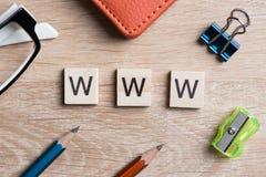 Εννοιολογικές λέξεις υπολογιστών και Διαδικτύου που συλλαβίζουν με τους ξύλινους φραγμούς παιχνιδιών Στοκ Φωτογραφίες