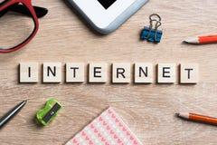 Εννοιολογικές λέξεις υπολογιστών και Διαδικτύου που συλλαβίζουν με τους ξύλινους φραγμούς παιχνιδιών Στοκ φωτογραφία με δικαίωμα ελεύθερης χρήσης
