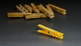 Εννοιολογική απεικόνιση της ηγεσίας με τα clothespins στοκ φωτογραφία με δικαίωμα ελεύθερης χρήσης
