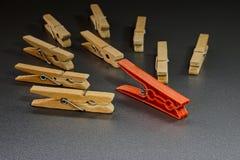 Εννοιολογική απεικόνιση της ηγεσίας με τα clothespins στοκ φωτογραφίες με δικαίωμα ελεύθερης χρήσης