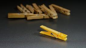 Εννοιολογική απεικόνιση της ηγεσίας με τα clothespins στοκ εικόνες