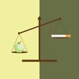Εννοιολογική εικόνα της Apple και ενός τσιγάρου στην κλίμακα βάρους Στοκ Φωτογραφίες