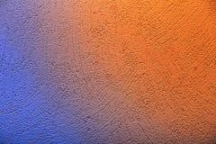 Εννοιολογική πυροβοληθείσα ταπετσαρία με το μπλε στην πορτοκαλιά μετάβαση χρώματος Στοκ εικόνα με δικαίωμα ελεύθερης χρήσης