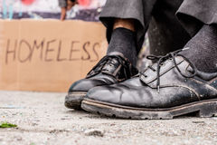 Εννοιολογικός πυροβολισμός των βρώμικων παπουτσιών φτωχών ανθρώπων Στοκ Φωτογραφίες