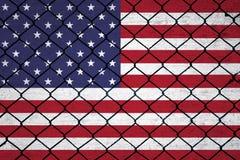 Εννοιολογικό υπόβαθρο φρακτών με το υπόβαθρο αμερικανικών σημαιών στοκ εικόνες