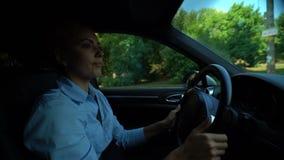 Ενοχλημένη γυναίκα που ψάχνει το χώρο στάθμευσης, προσεκτικός οδηγός που τηρεί τους οδικούς κανόνες απόθεμα βίντεο