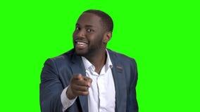 Ενοχλημένος αφροαμερικανός επιχειρηματίας στην πράσινη οθόνη φιλμ μικρού μήκους