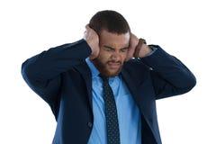 Ενοχλημένος επιχειρηματίας που καλύπτει τα αυτιά του Στοκ φωτογραφία με δικαίωμα ελεύθερης χρήσης