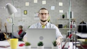 Ενοχλημένος 0 επιχειρηματίας προβληματικός με την ξαφνική αποτυχία υπολογιστών, τονισμένο άτομο που έχει το πρόβλημα με το σπασμέ απόθεμα βίντεο
