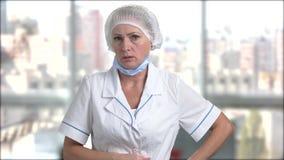 Ενοχλημένος θηλυκός γιατρός στο θολωμένο υπόβαθρο απόθεμα βίντεο