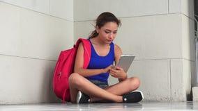 Ενοχλημένος θηλυκός φοιτητής πανεπιστημίου με την ταμπλέτα φιλμ μικρού μήκους