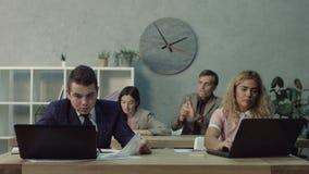 Ενοχλημένος συνάδελφος στο γραφείο που ρίχνει το τσαλακωμένο έγγραφο απόθεμα βίντεο