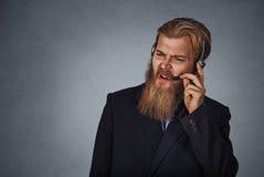 Ενοχλημένος υπάλληλος εξυπηρέτησης πελατών κάποιος να φωνάξει στοκ φωτογραφία