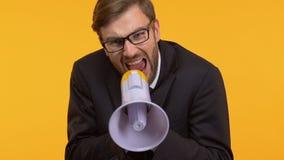 Ενοχλημένο άτομο που κραυγάζει megaphone, που προσπαθεί να μεταβιβάσει την άποψή του σε άλλοι απόθεμα βίντεο