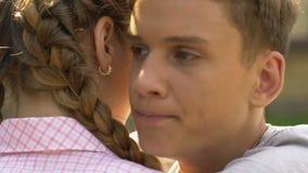 Ενοχλημένο αγόρι που αγκαλιάζει τη φίλη, απλήρωτη αγάπη, δυσαρέσκεια, κινηματογράφηση σε πρώτο πλάνο απόθεμα βίντεο