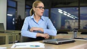 Ενοχλημένο κλείνοντας lap-top γυναικών, δυσαρεστημένο με το πρόγραμμα εργασίας, κακή έννοια ειδήσεων απόθεμα βίντεο