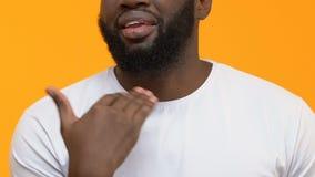 Ενοχλημένο μαύρο αρσενικό που παρουσιάζει ταϊσμένη επάνω χειρονομία, τέμνων λαιμός με το χέρι, ενόχληση απόθεμα βίντεο