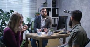Ενοχλημένο νέο ζεύγος στο γραφείο ενός ψυχολόγου απόθεμα βίντεο