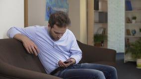 Ενοχλημένο να τυλίξει προσώπων νευρικά στο smartphone, κρίση στην εργασία, προβλήματα φιλμ μικρού μήκους