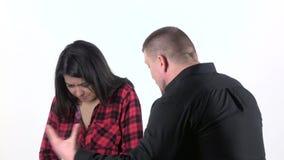 Ενοχλημένος άνδρας που φωνάζει στην εκφοβισμένη γυναίκα στο άσπρο υπόβαθρο κλείστε επάνω κίνηση αργή απόθεμα βίντεο