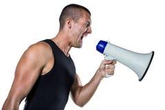 Ενοχλημένος αρσενικός εκπαιδευτής που φωνάζει μέσω megaphone Στοκ εικόνες με δικαίωμα ελεύθερης χρήσης